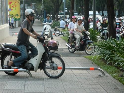 Xe máy vẫn luồn lách khá dễ dàng qua barie lắp trên vỉa hè.