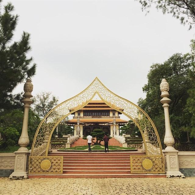Ngoài ra, chùa Bửu Long còn có một vườn thượng uyển rộng lớn với hàng trăm loại cây quý hiếm khác nhau như bồ đề, đa Ấn Độ,...