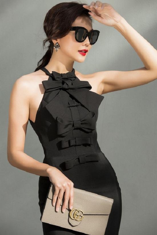 Cô chọn chiếc váy màu đen ôm sát đính nơ thanh lịch.
