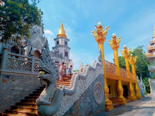 Đặc biệt, ngôi chùa còn khiến bạn phải ngỡ ngàng với bảo tháp Gotama Cetiya có quy mô lớn nhất Việt Nam - rộng trên 2.000m, cao 70 m.