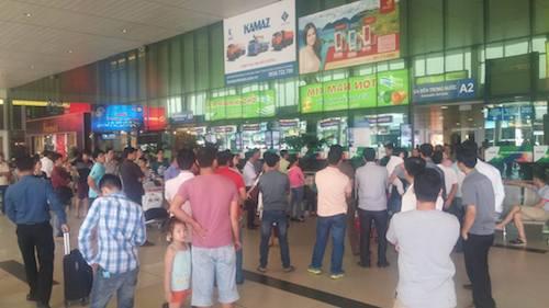 Lúc 12h trưa 5.2, sân bay Tân Sơn Nhất không còn tình trạng đông đúc hành khách chen lấn nhau như rạng sáng cùng ngày.
