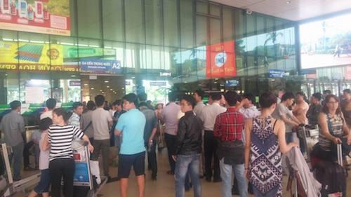 Tuy nhiên, lượng hành khách đáp máy bay ở Tân Sơn Nhất vào trưa 5.2 vẫn có phần đông đúc hơn so với thường ngày.