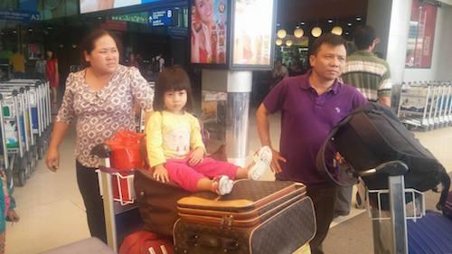 Nhiều hành khách đáp máy bay với đầy đủ cả một gia đình và rất nhiều hành lý.