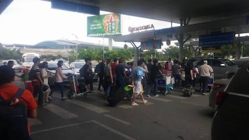 Dòng người ra khỏi sân bay và đang di chuyển tới khu vực chờ taxi.