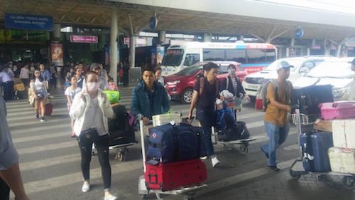 """Tay xách nách mang"""" hành lý trở về TP.HCM sau kỳ nghỉ Tết."""