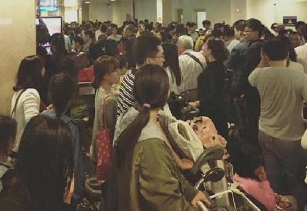 """Quang cảnh đông đúc bên trong khu vực """"check-out"""" nội địa của sân bay Tân Sơn Nhất vào rạng sáng mùng 9 Tết Nguyên đán 2017. (Ảnh: N.Q.P)"""