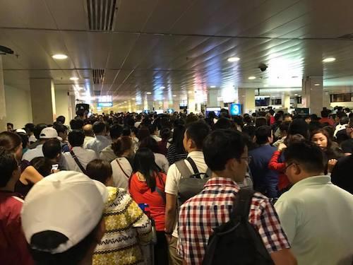 Dòng người chen chúc nhau trong sân bay Tân Sơn Nhất sáng 5.2. (Ảnh: Đ.V)