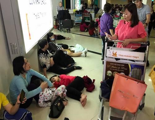 """Phụ nữ mệt nhoài, trẻ nhỏ ngủ thiếp đi ngay trong khu vực chờ """"check-out"""". (Ảnh: Đ.V)"""