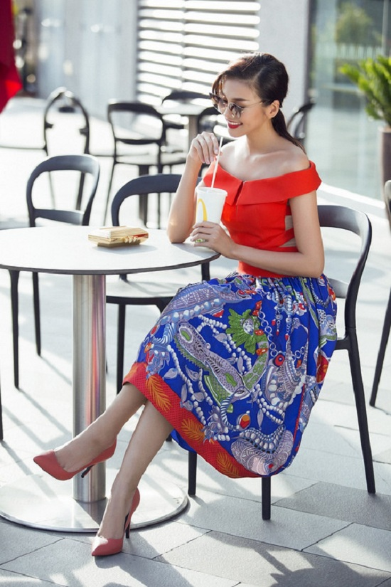 Chân váy xòe màu nổi cùng áo cắt khoét tinh nghịch tạo nét năng động cho người mặc.
