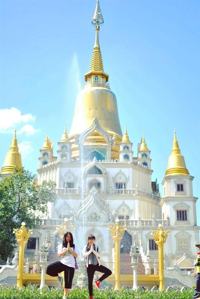 Trước tòa tháp là hồ nước hình bán nguyệt với màu xanh ngọc, vào những ngày lễ thường phun nước nghệ thuật tạo điểm nhấn cho ngôi chùa.