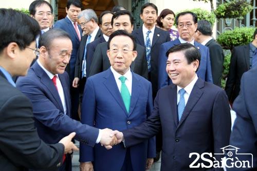 Chủ tịch UBND TP HCM Nguyễn Thành Phong với ông Kim Kwan Yong cùng các đại biểu Ảnh: TTXVN
