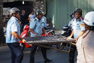 Các thang sắt bị lực lượng trật tự đô thị tịch thu