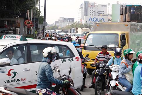 Vào khoảng 8 giờ, hàng trăm phương tiện bị ùn tắc trên đường Trường Sơn (Q.Tân Bình)