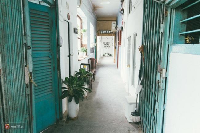 Ngay đầu lối đi của dãy hành lang đã bắt đầu được trang trí và sắp xếp những vật trang trí để những cửa hàng đỡ buồn tẻ và thu hút hơn.