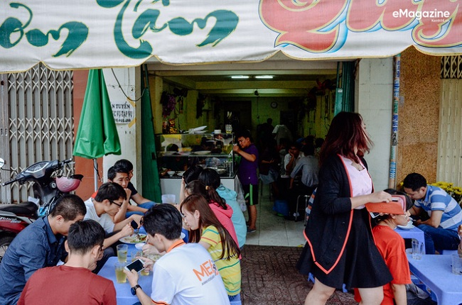 Buổi sáng nào cũng vậy, hàng cơm tấm Huỳnh Tịnh Của đông nghịt khách ra vào từ tờ mờ sáng.