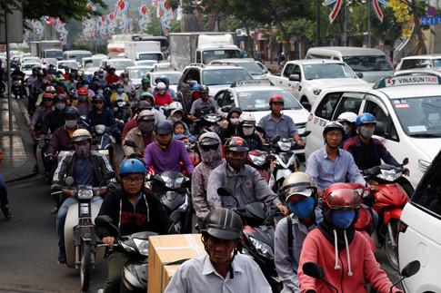 Các phương tiện di chuyển chậm, nối đuôi nhau kéo dài trên đường Trường Sơn