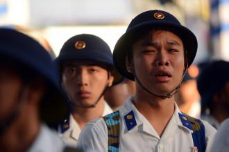 Tân binh Ngô Huy Quân bật khóc trước khi lên đường nhập ngũ - Ảnh: QUANG ĐỊNH