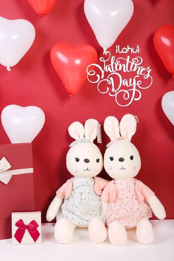 Hoa hồng đỏ và socola là hai món quà truyền thống trong ngày Valentine rồi, nhưng thêm một món quà nho nhỏ là set đồ đôi sẽ làm người ấy ngạc nhiên và hạnh phúc lắm đó.