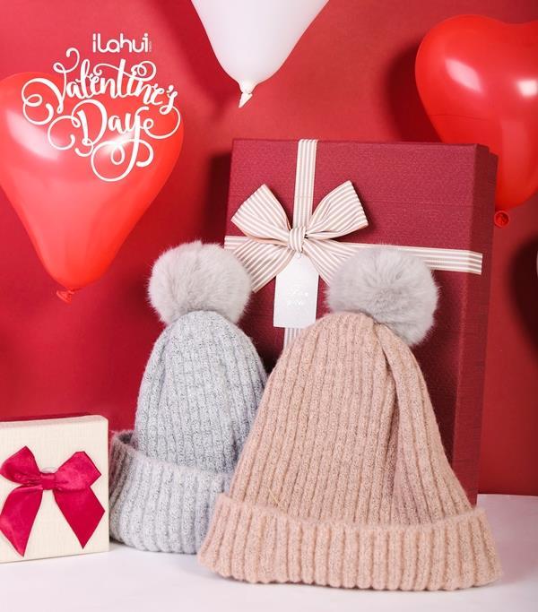 Luôn nhớ giá trị không phải là tất cả, quan trọng là tâm ý mà bạn muốn gửi gắm qua món quà đó. Ví như mũ len đôi ấm áp với thông điệp sưởi ấm trái tim của hai người yêu nhau trong ngày giá lạnh.