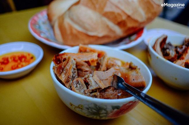 Bánh mì phá lấu ở đường Xóm Chiếu vốn rất nổi tiếng với người Sài Gòn.
