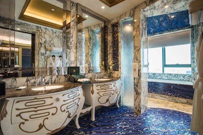 Đặc biệt toàn bộ phòng của khách sạn đều có cửa sổ kính nối từ sàn tới trần, mở ra tầm nhìn thoáng rộng bao quát khung cảnh thành phố, sông Sài Gòn.