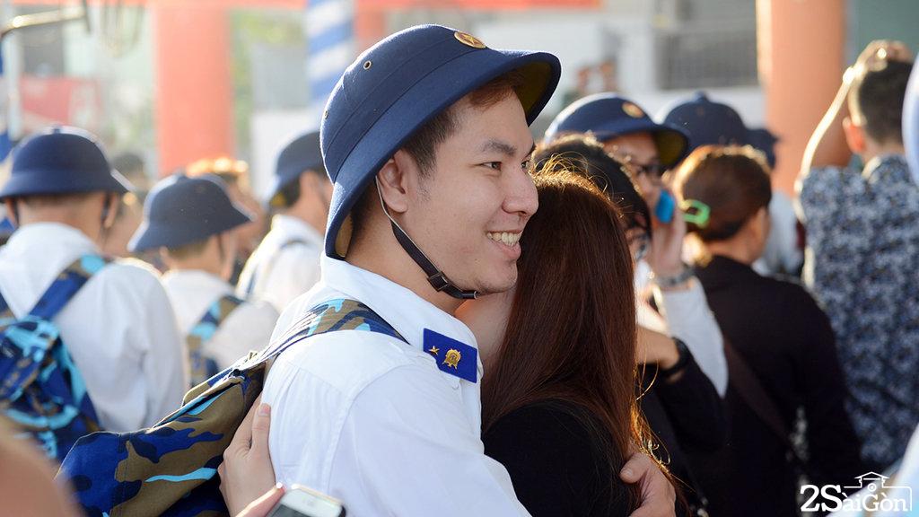 Nụ cười của một tân binh trước khi lên đường nhập ngũ - Ảnh: QUANG ĐỊNH