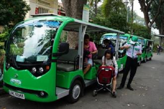 Hành khách đi xe buýt điện tại khu vực Thảo Cầm Viên (quận 1, TP HCM) vào chiều 26-2