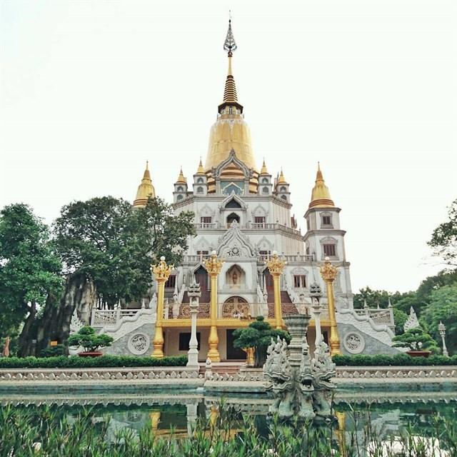 Nhiều người vẫn gọi đây là ngôi chùa Thái Lan vì nó mang dáng dấp Phật Giáo của đất nước Thái Lan vô cùng lạ mắt.