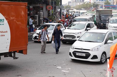 Khi đến khu vực đường Trường Sơn, nhiều người đành xuống khỏi xe taxi để đi bộ vào sân bay