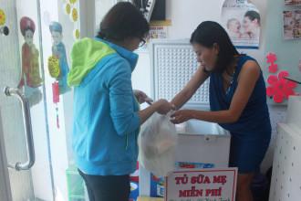 Hầu như các mẹ đang chăm con nhỏ sẽ không tự đến lấy sữa được, phải nhờ chồng hoặc người quen đến lấy giúp và chỉ tâm sự với chị Trang qua Facebook