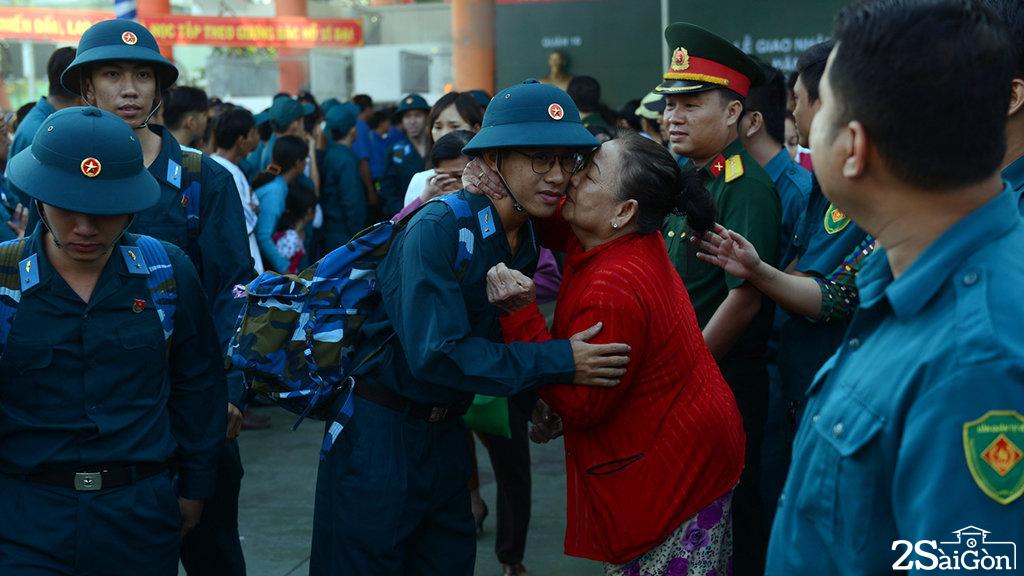 Nụ hôn bà dành cho cháu trai trước khi cháu lên đường nhập ngũ - Ảnh: QUANG ĐỊNH