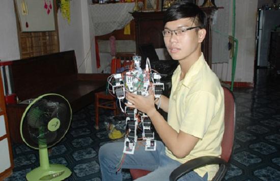 Robot là niềm động lực giúp Nguyễn Hải Đăng vực dậy tinh thần chống lại bệnh tật hoàn thành tốt luận văn tốt nghiệp đại học. ẢNH: AN HUY