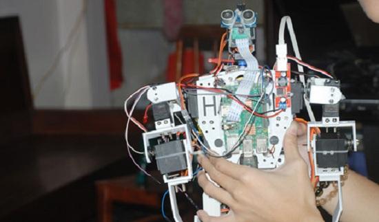 Con robot Asimo có thể điều khiển bằng giọng nói con người. ẢNH: AN HUY