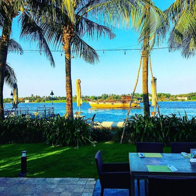 Cách trung tâm Thành phố khoảng 8 km,Villa Song Saigon nằm ở Thảo Điền - một khu đô thị khác mới, và yên tĩnh.