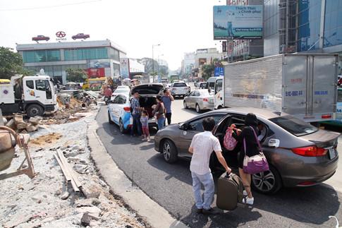 Một số tô tô đến giao lộ Trường Sơn, Hồng Hà đành tấp xe vào lề, để người thân đi bộ vào sân bay