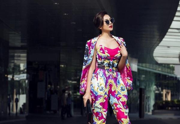 Thanh Hằng được mời thể hiện bộ sưu tập mới của nhà thiết kế Sơn Collection. Bộ jumpsuit với những gam màu nổi được cô kết hợp áo vest cùng tông, tạo sức hút cho người mặc.