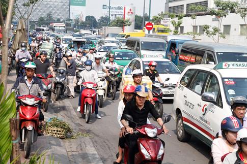 Còn tại đường Hồng Hà, xe cộ di chuyển chậm kéo dài