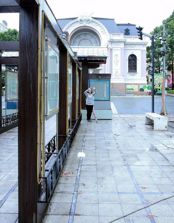 Nhiều người tranh thủ lưu lại những khoảnh khắc cuối cùng của công viên Lam Sơn.