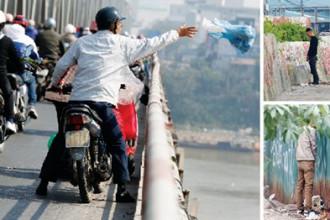 Điều 20, Nghị định 155 quy định xả rác trên vỉa hè, đường phố hoặc hệ thống thoát nước thải và nước mặt đô thị bị phạt 5-7 triệu đồng; đại tiểu tiện bậy bạ phạt 1-3 triệu đồng. Trong ảnh: Cảnh xả rác và tiểu tiện bừa bãi tại Hà Nội. Ảnh: Hồng Vĩnh - Như Ý