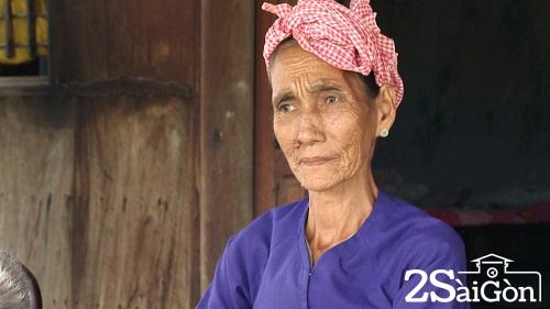 Bà Út Xê xúc động kể lại câu chuyện được Cá Ông cứu sống kỳ diệu - Ảnh: Chu Phương