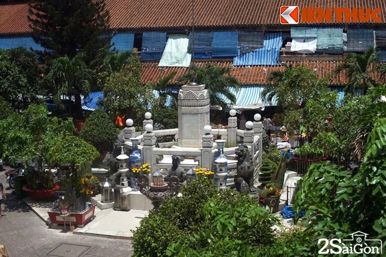 Đài thờ này nằm giữa khoảng sân trời được bao quanh bởi 4 dãy nhà của chợ là, nơi thờ ông Quách Đàm, người sáng lập và cũng được coi là vị thần tài của chợ.