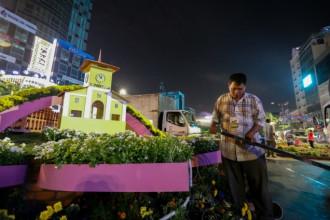 Sau 8 ngày mở cửa phục vụ người dân tham quan, 22h mùng 5 Tết, đường hoa Nguyễn Huệ đóng cửa, rào chắn được dựng lên. Hàng trăm công nhân cùng xe tải, xe dọn rác… tiến hành dọn dẹp.