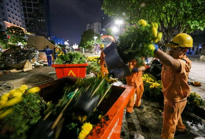 """Hầu hết chậu hoa nhỏ đều được vứt bỏ thùng rác. """"Riêng những chậu hoa giá trị, các loại phong lan, cây hoa lớn… sẽ được giữ lại nuôi dưỡng nhằm phục vụ đường hoa năm tới"""" anh Kiên cho biết."""
