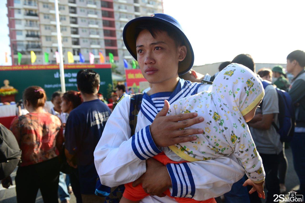 Tân binh Nguyễn Tấn Phong ôm con trai mới 1 tuổi nghẹn ngào trong lễ giao nhận quân tại quận 9 sáng 16-2 - Ảnh: DUYÊN PHAN