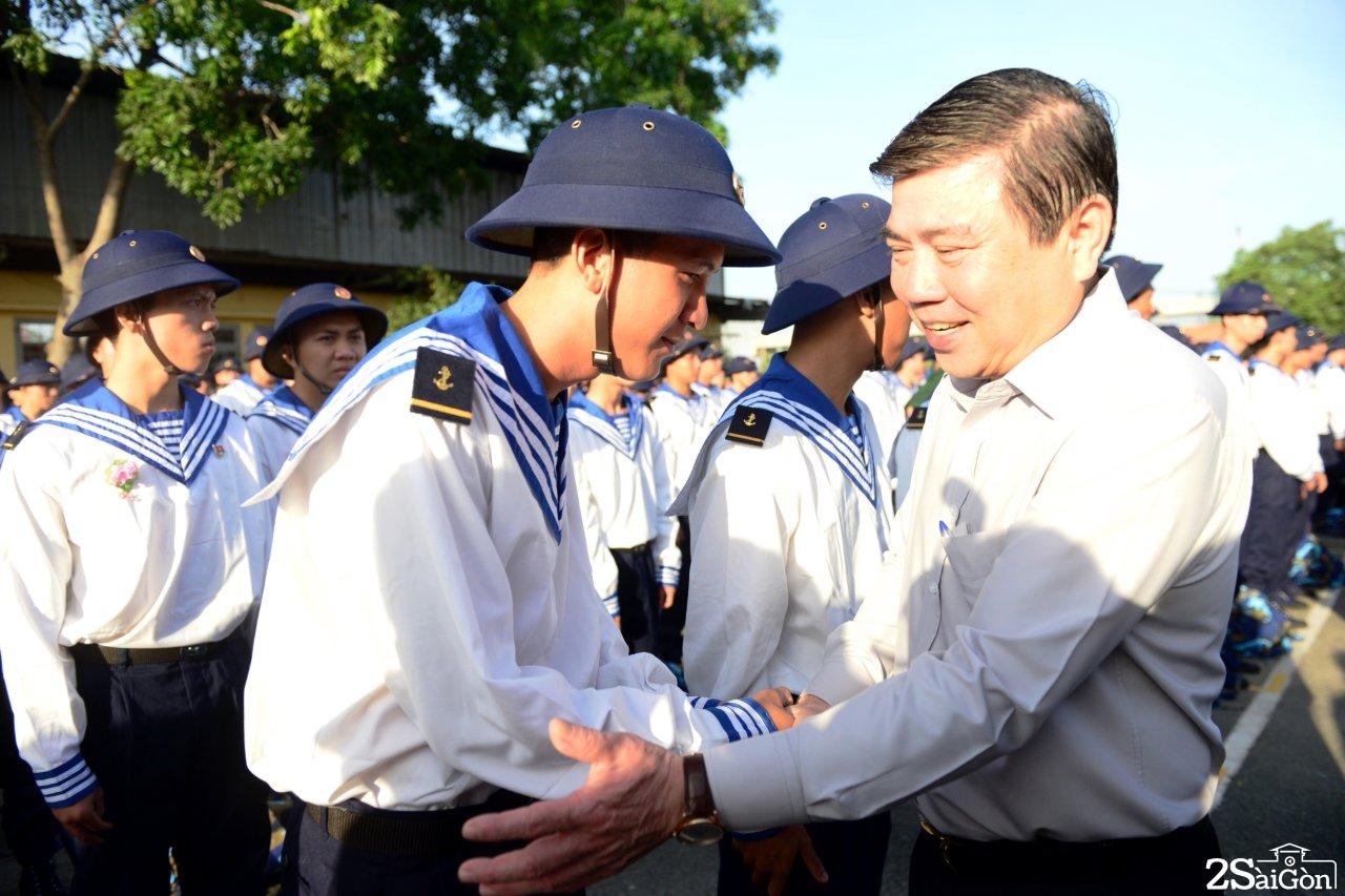 Ông Nguyễn Thành Phong - chủ tịch UBND TP.HCM động viên tinh thần các tân binh trong lễ giao nhận quân tại quận 9 sáng 16-2 - Ảnh: DUYÊN PHAN