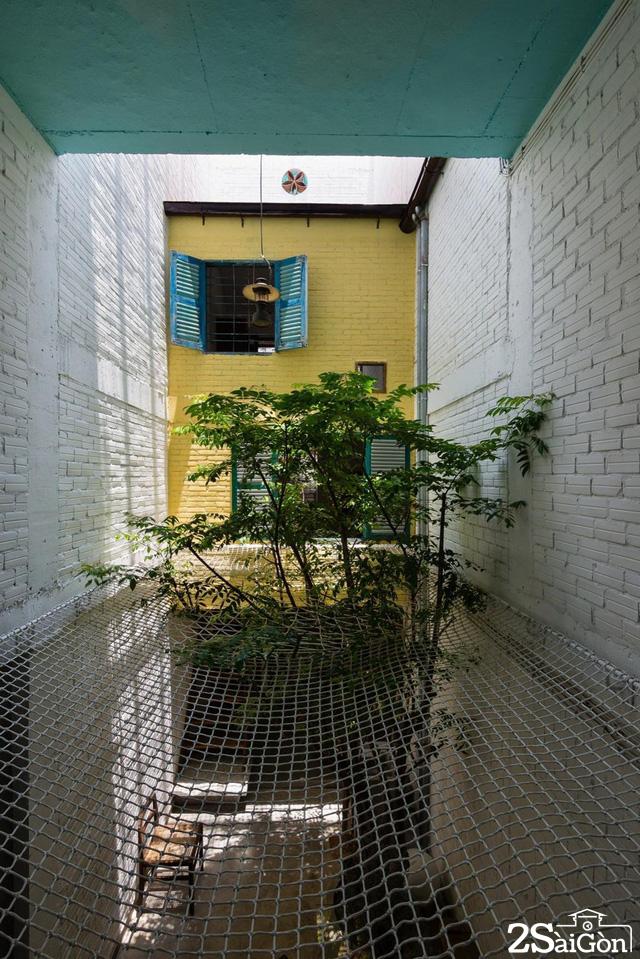 Tấm lưới được đan bện chắc chắn giữa sân trong, là nơi nằm thư giãn của các thành viên trong gia đình
