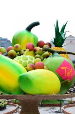 Mâm ngũ quả khổng lồ giữa đường hoa Nguyễn Huệ (TP.HCM) - Ảnh: HỮU THUẬN
