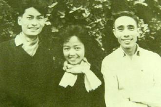 Liệt sĩ - nhà thơ Lê Anh Xuân (bên trái) chụp cùng chị Loan, vợ nhà văn Anh Đức và nhạc sĩ Phan Huỳnh Điểu tại Hà Nội năm 1964. Ảnh tư liệu.