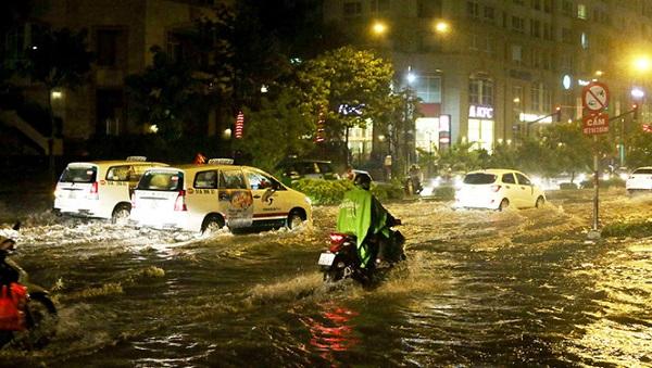 Đường Nguyễn Hữu Cảnh tại TP.HCM ngập nặng trong trận mưa lớn vào chiều tối 2.2ẢNH: KHẢ HÒA