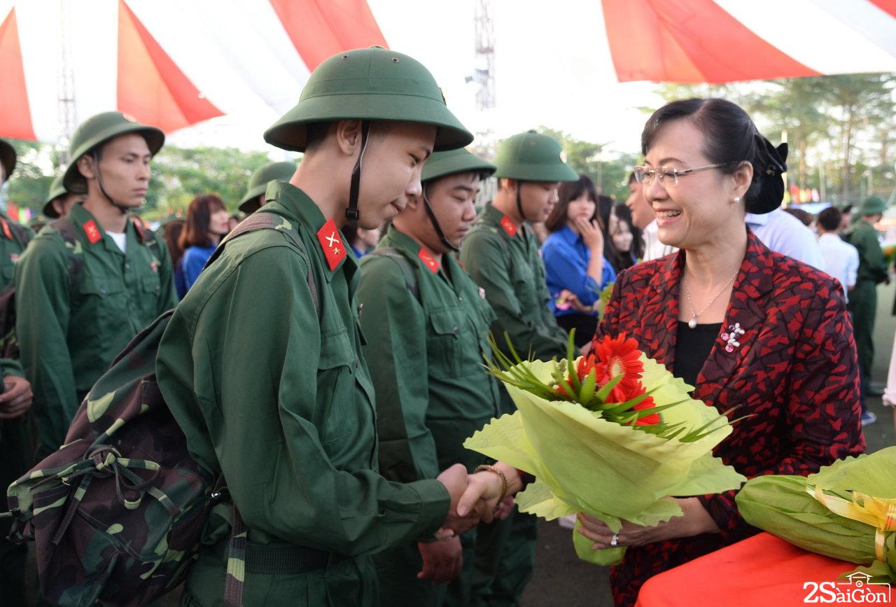 Bà Nguyễn Thị Quyết Tâm - chủ tịch HĐND TP.HCM đã thăm hỏi, động viên từng chiến sĩ trẻ lên đường làm nghĩa vụ quận sự, tham gia bảo vệ Tổ quốc -  Ảnh: TỰ TRUNG